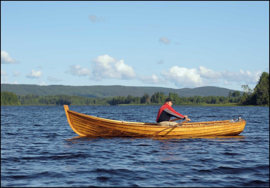 Erkki-venettä-on-helppo-soutaa-myös-sivuaallokossa